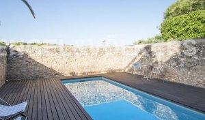 Una imatge de l'espai amb piscina amb què compta la casa, ara en venda per 750.000 euros.