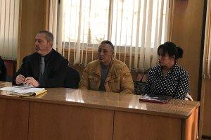 Abderrahmane Hammou, de groc i al centre, juntament amb la seva defensa, Pau Albiac.