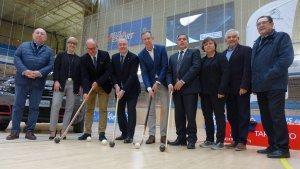 Foto de família de representants polítics i federatius en la presentació de la Copa del Rei/Reina/Mini Copa