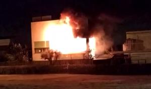 Imatge de les flames al xalet incendiat a Cambrils.