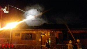 Imatge de l'incendi en una casa de fusta a l'Albiol.