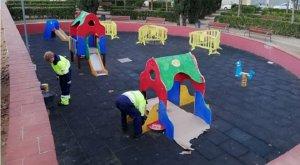 La Brigada municipal fent feines de manteniment en un parc infantil.