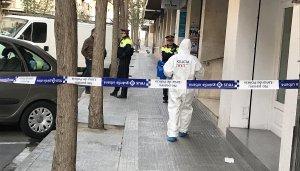 La policia científica dels Mossos d'Esquadra accedint a l'edifici del crim.