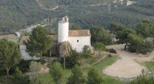 L'ermita de Sant Antoni, a Albinyana, amb la casa de l'ermità al costat.
