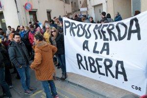 Protestes en contra de l'abocador de Riba-roja d'Ebre a les portes del consell comarcal.