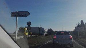 Un conductor ha perdut la vida després d'impactar contra un camió a Alcover.