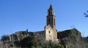 Vista de l'església i algunes cases del poble abandonat de Marmellar.