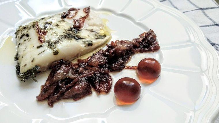 Bacallà amb ceba confitada amb vermut.