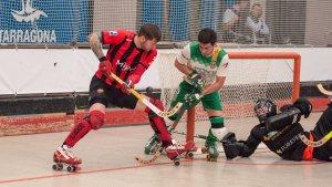 Àlex Rodríguez intenta superar Martí Serra davant la pressió d'un jugador del Calafell