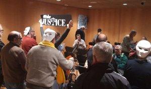 Calafellencs protestant contra la moció de Cs al ple d'aquest febrer.