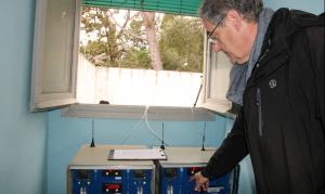 El director del Laboratori del Centre de Medi Ambient de la UPC, Xavier Roca, amb equips per mesurar la contaminació de l'aire al Morell.
