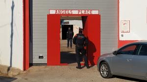 El local dels Hells Angels de Vila-seca, amb diversos agents que en custodien l'entrada.