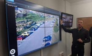 El subdirector de la policia de Calafell, Sergi González, mostrant les imatges de les noves càmeres.