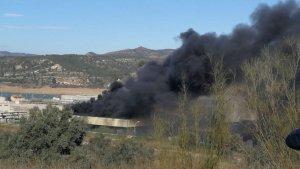 Els Bombers han treballat amb cinc dotacions a l'incendi de la Fàbrica