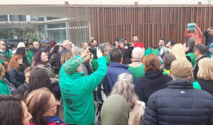 Els membres de la PAH, al davant dels jutjats del Vendrell.