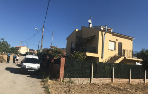 Imatge de la casa de la dona al carrer d'Almeria de la Bisbal del Penedès, el juliol de 2017.