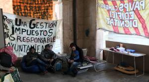 Imatge de la família ocupa acampada a l'Ajuntament d'Altafulla.