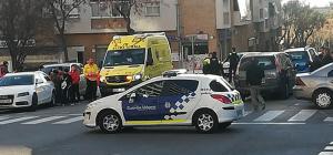Imatge de l'ambulància auxiliant la menor atropellada a Tarragona.