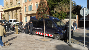 La Brigada Mòbil dels Mossos d'Esquadra s'ha desplegat arran de la parada de VOX