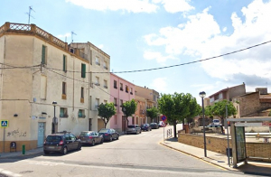 L'accés a la plaça de la Vila de Llorenç del Penedès.