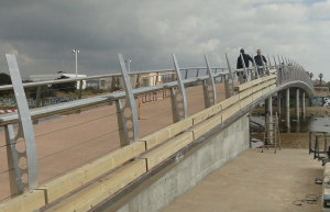 Les mampares del pont de les Madrigueres ja s'estan posant.