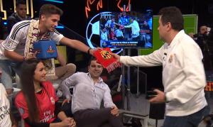 Marc, l'aficionat grana, entrega la bufanda del Nàstic a Tomás Roncero durant el programa d'ahir d'«El Chiringuito de Jugones».