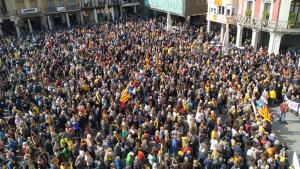 Milers de persones a la plaça Mercadal de Reus.