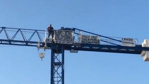 Un ocupa s'enfila en una grúa d'obres de 20 metres de Vinyols en senyal de protesta