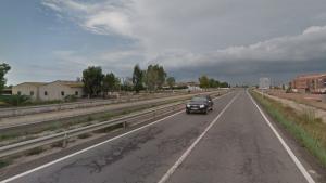 Dos cotxes han xocat a al TV-3454 i un dels turismes ha caigut al canal