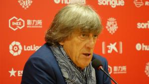 Imatge d'Enrique Martín parlant a la sala de premsa del Nou Estadi aquest migdia