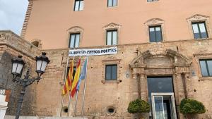 La pancarta ha estat penjada aquest dimarts, 19 de març, a la façana de l'Ajuntament.