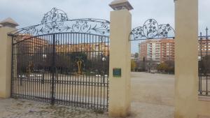 La porta d'entrada al Parc de la Ciutat de Tarragona va aparéixer a terra dilluns al matí.
