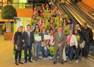 Participants al Joc de llengües amb els representants del Pallol