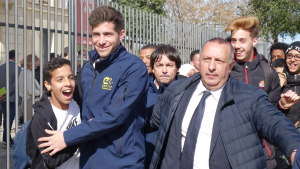 Sergi Roberto ha estat envoltat per desenes de nens i nenes que han esperat a la sortida del crack blaugrana