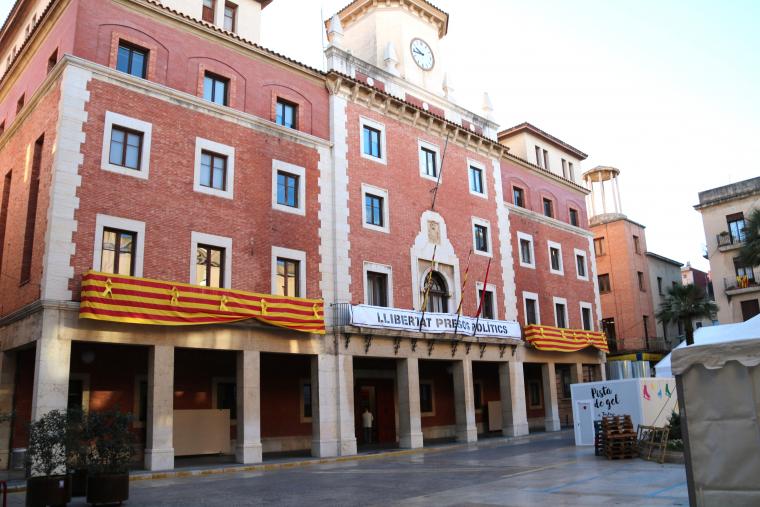 Pla general de la façana de l'Ajuntament de Tortosa, amb els llaços grocs i la pancarta per l'alliberament dels presos polítics
