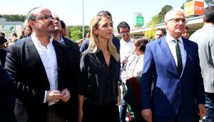 Alejandro Fernández, Cayetana Álvarez de Toledo i Josep Bou en la seva visita a la UAB.