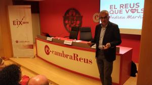 Andreu Martín, dempeus durant la seva exposició