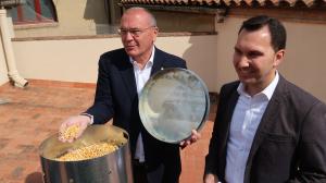 Carles Pellicer, alcalde de Reus, i Daniel Rubio, regidor de Medi Ambient, han presentat els nous dispensadors