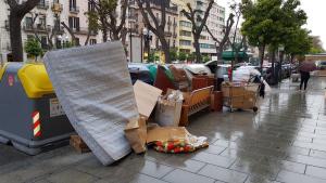 Diversos contenidors de Tarragona estan col·lapsats i la brossa s'acumula als carrers.