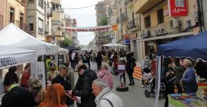 El carrer del Doctor Robert del Vendrell, durant el Sant Jordi del 2019.