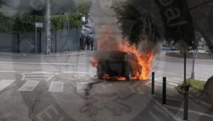 El cotxe cremant al mig del carrer.