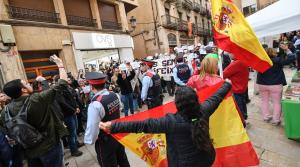 Els manifestants han encerclat la parada de VOX a Reus per Sant Jordi.