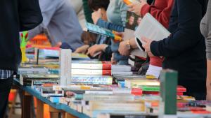 Els veïns del Morell celebren Sant Jordi amb llibres amb regust morellenc