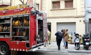 Imatge dels bombers treballant en l'incendi de l'Hospitalet de Llobregat.
