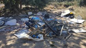 Imatge dels residus acumulats a diverses zones verdes de Cambrils
