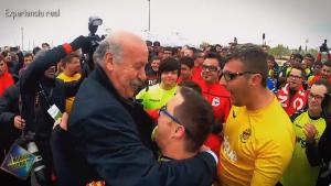 Vicente del Bosque en el moment d'abraçar-se amb el capità grana Rubén Almazán