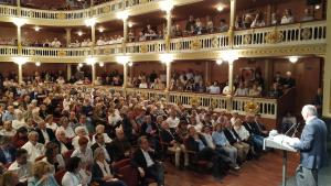 Carles Pellicer durant el seu discurs, davant d'un Teatre Bartrina ple de gom a gom