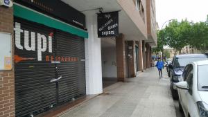 El restaurant El Tupí està situat al carrer de l'alcalde Joan Beltran de Reus