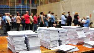 Imatge d'arxiu de diverses persones fent cua per votar a les eleccions municipals