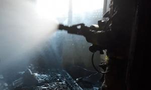 Imatge dels bombers treballant en l'incendi d'un matalàs a Segur de Calafell.